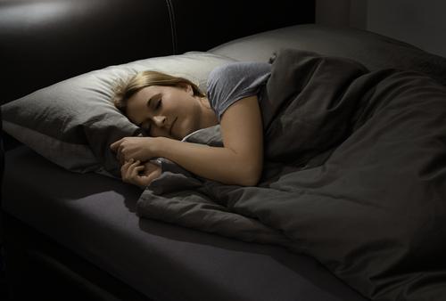 横向きで寝ている画像